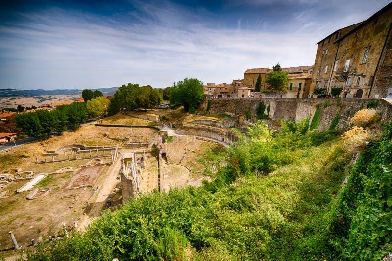 Vista das ruínas romanas em Volterra fotografia de stock royalty free