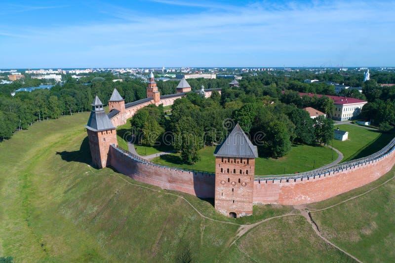 Vista das torres do Kremlin de Veliky Novgorod, avaliação aérea do dia ensolarado de junho Rússia foto de stock royalty free