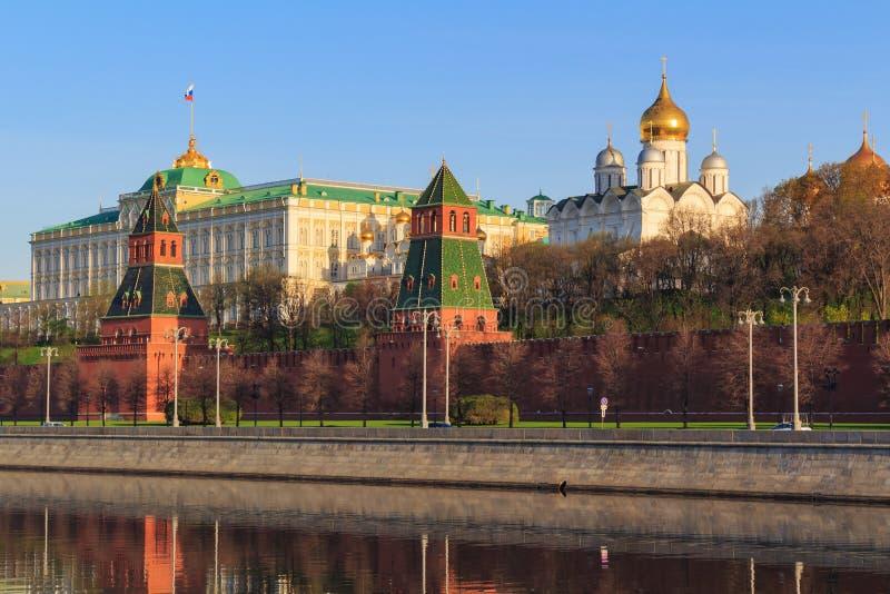 Vista das torres e das construções do Kremlin de Moscou em uma manhã ensolarada da mola foto de stock royalty free
