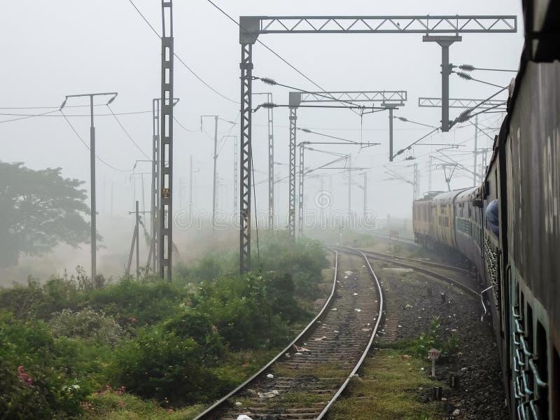 Vista das trilhas railway do trem cedo na manhã foto de stock