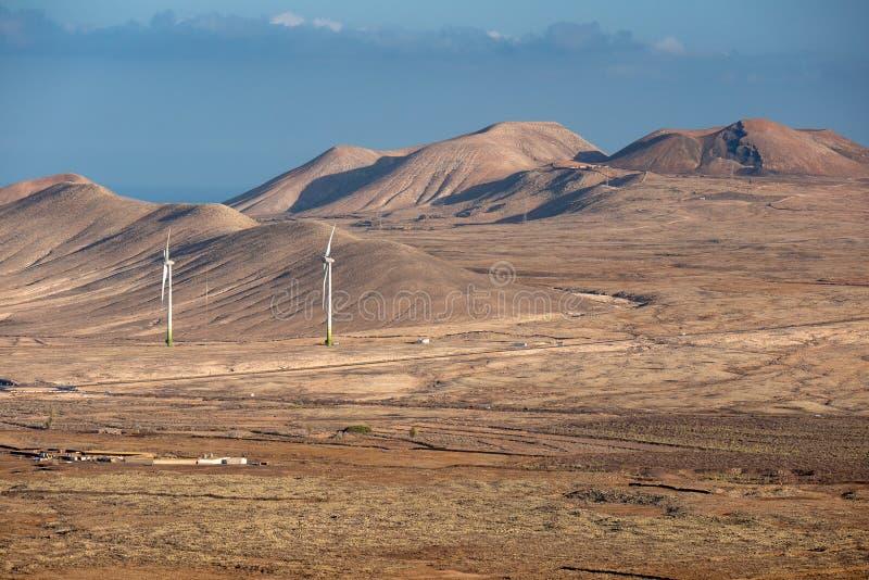 Vista das turbinas eólicas da parte superior de uma montanha fotos de stock royalty free