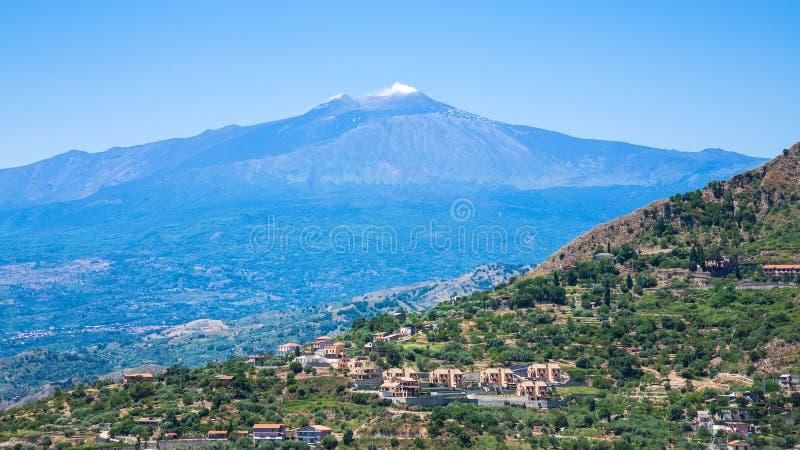 Vista das vilas e do vulcão de Etna em Sicília imagens de stock royalty free