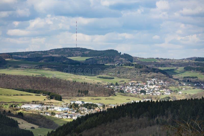 Vista a Daun en el paisaje de la colina de Eifel, Alemania fotografía de archivo