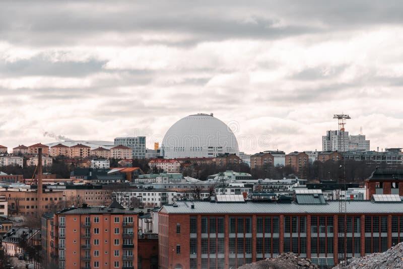 Vista de Éstocolmo com a arena redonda do hóquei em gelo na distância, Suécia foto de stock