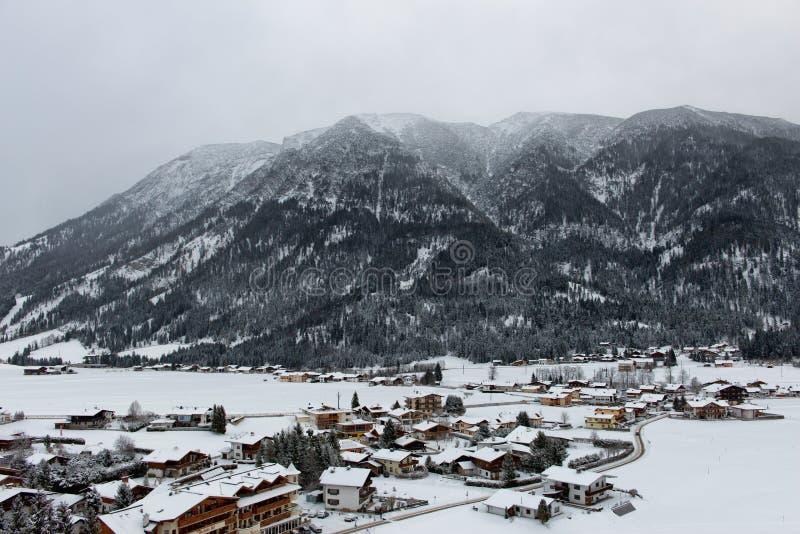 Vista de Achenkirch, Áustria, uma estância de esqui cênico fotos de stock