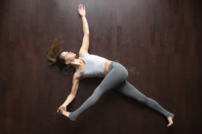 Vista de acima Pose da ioga do padangustasana de Supta fotografia de stock royalty free