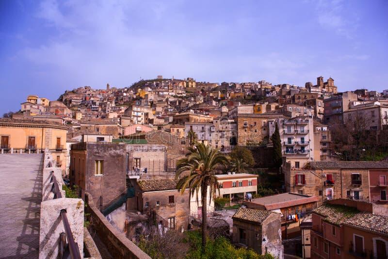 Vista de Agira, Sicilia imagen de archivo