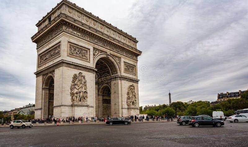 Vista de Arc de Triomphe com a torre Eiffel no fundo do Champs-Elysees em Paris imagem de stock royalty free