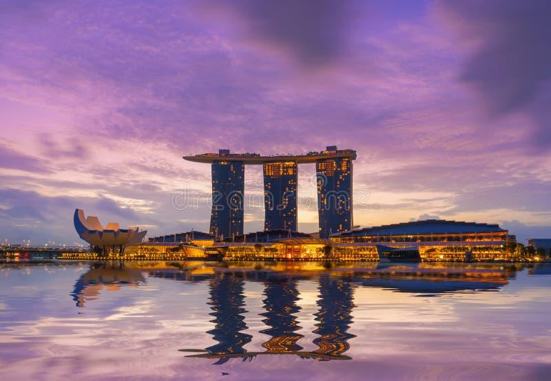 Vista de areias de Marina Bay na noite em Singapura imagem de stock