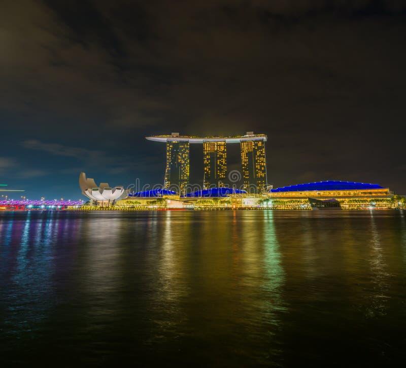 Vista de areias de Marina Bay na noite em Singapura foto de stock