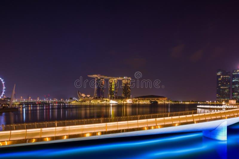 Vista de areias de Marina Bay na noite em Singapura imagens de stock royalty free