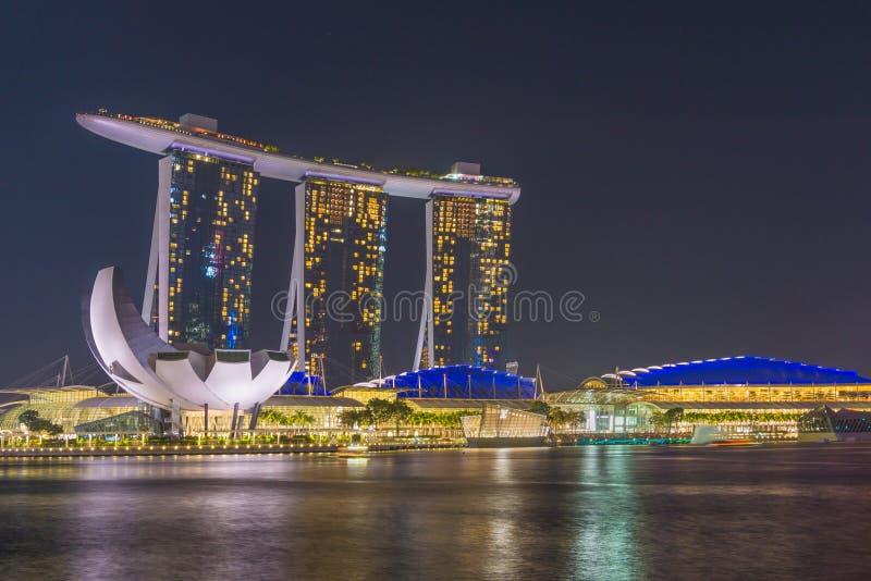Vista de areias de Marina Bay na noite em Singapura imagem de stock royalty free