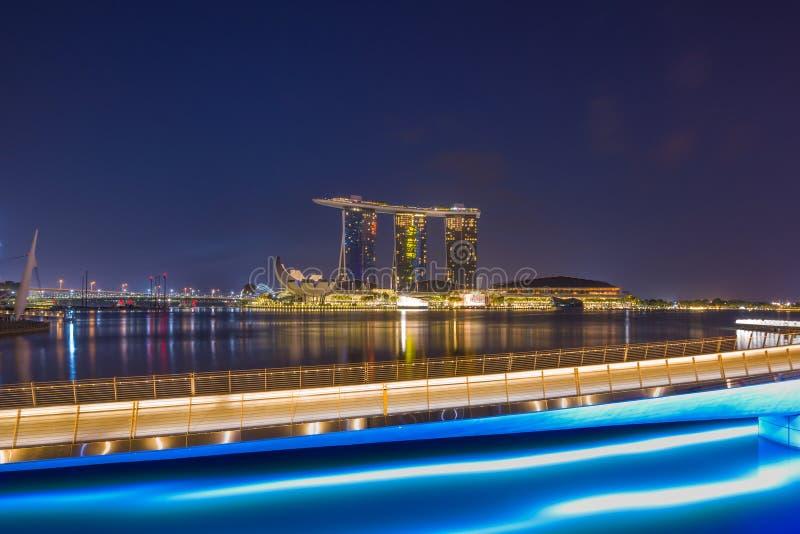 Vista de areias de Marina Bay na noite em Singapura imagens de stock