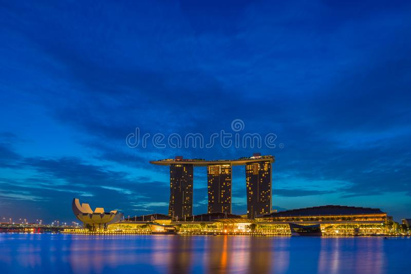 Vista de areias de Marina Bay no nascer do sol em Singapura imagem de stock