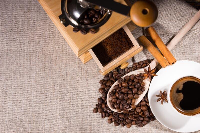 Vista de arriba de la amoladora por los granos y la taza de café foto de archivo libre de regalías