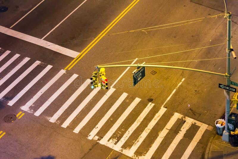 Vista de arriba de la intersección de la calle en la noche en NYC fotografía de archivo