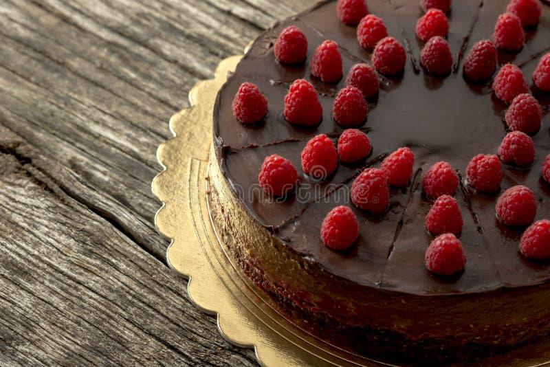 Vista de arriba de la torta de chocolate cruda sabrosa adornada con el raspber fotografía de archivo libre de regalías