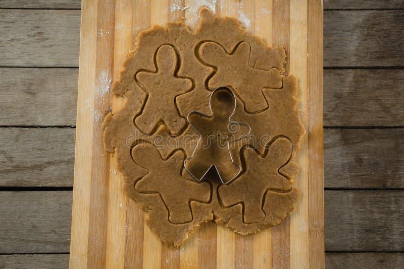 Vista de arriba del cortador de los pasteles del hombre de pan de jengibre en la pasta imagen de archivo libre de regalías