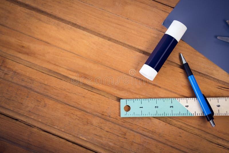 Vista de arriba del palillo y del lápiz del pegamento con la regla foto de archivo libre de regalías