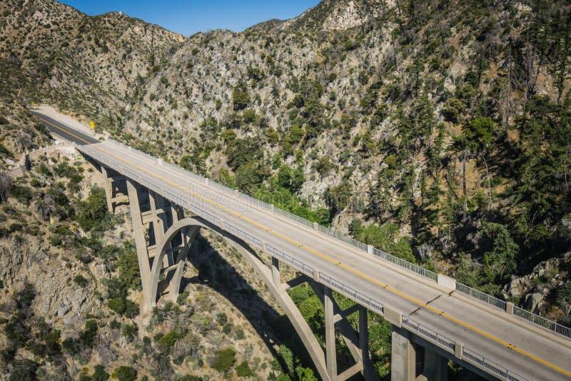 Vista de arriba del puente de la montaña fotografía de archivo libre de regalías