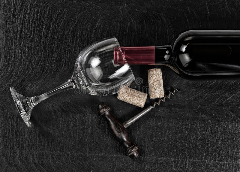 Vista de arriba del sacacorchos del vintage con la botella de vino rojo y glas fotos de archivo