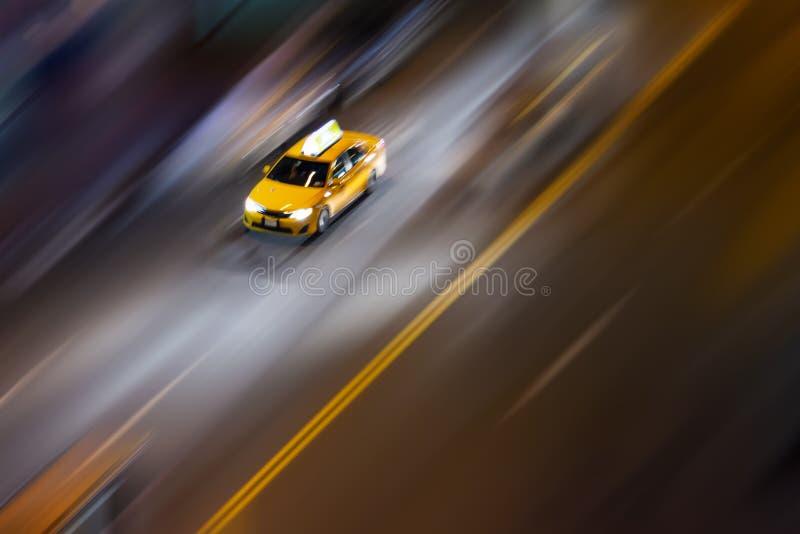 Vista de arriba del taxi de New York City que conduce abajo de la calle imagenes de archivo