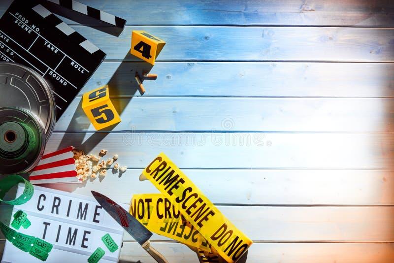 Vista de arriba de la película y de tiras de cinta amarilla imagen de archivo