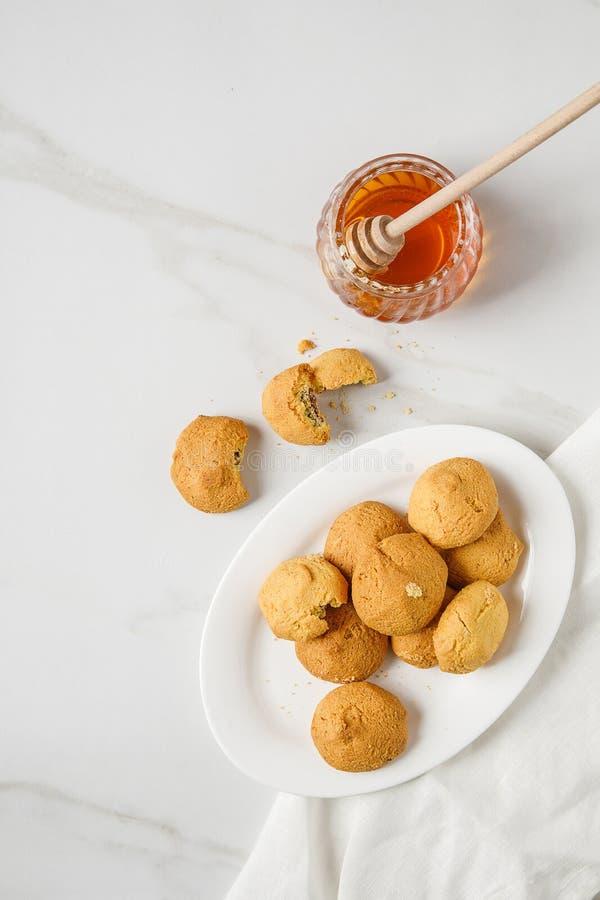 Vista de arriba de las galletas libres del azúcar en servilleta una galleta mordida imagen de archivo