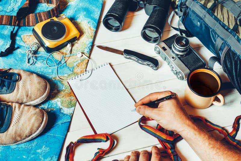 Vista de arriba de los accesorios del ` s del viajero, artículo esencial de las vacaciones foto de archivo libre de regalías