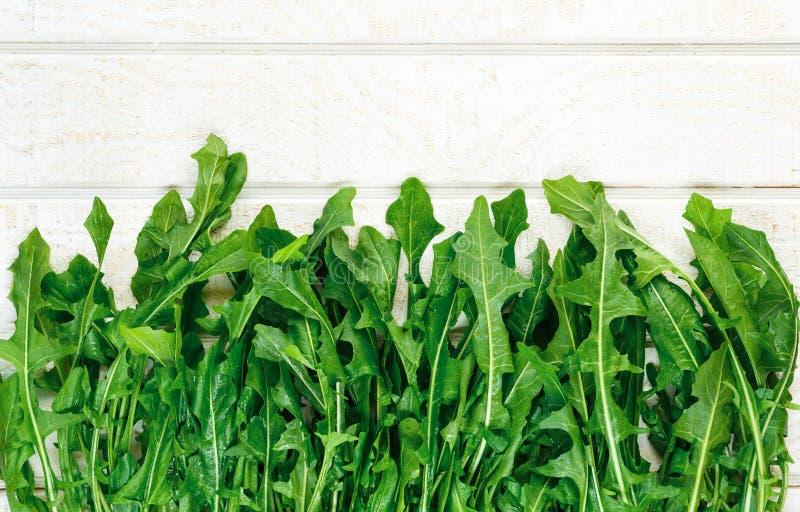 Vista de arriba de los verdes de diente de león orgánicos frescos imagen de archivo libre de regalías
