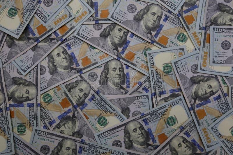 Vista de arriba de U S Cientos billetes de dólar dispersados libremente fotografía de archivo
