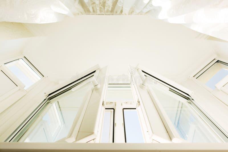 Vista de baixo da janela plástica do vinil com o c transparente branco imagens de stock