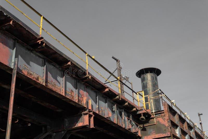 Vista de baixo das trilhas elevados industriais do trem, chaminé fotografia de stock royalty free