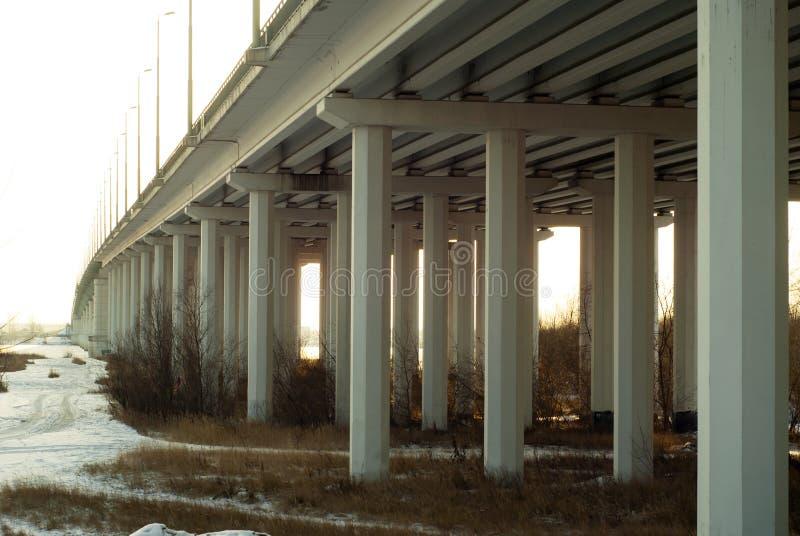 Vista de baixo nos apoios da ponte através da zona sujeita a inundações River Valley no outono imagens de stock