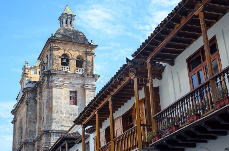 Vista de baixo para cima ao balcão e à catedral tradicionais em Cartagena foto de stock royalty free