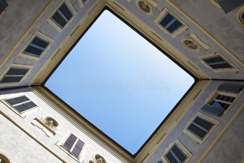 Vista de baixo para cima do pátio da construção histórica em Siena, Itália foto de stock royalty free