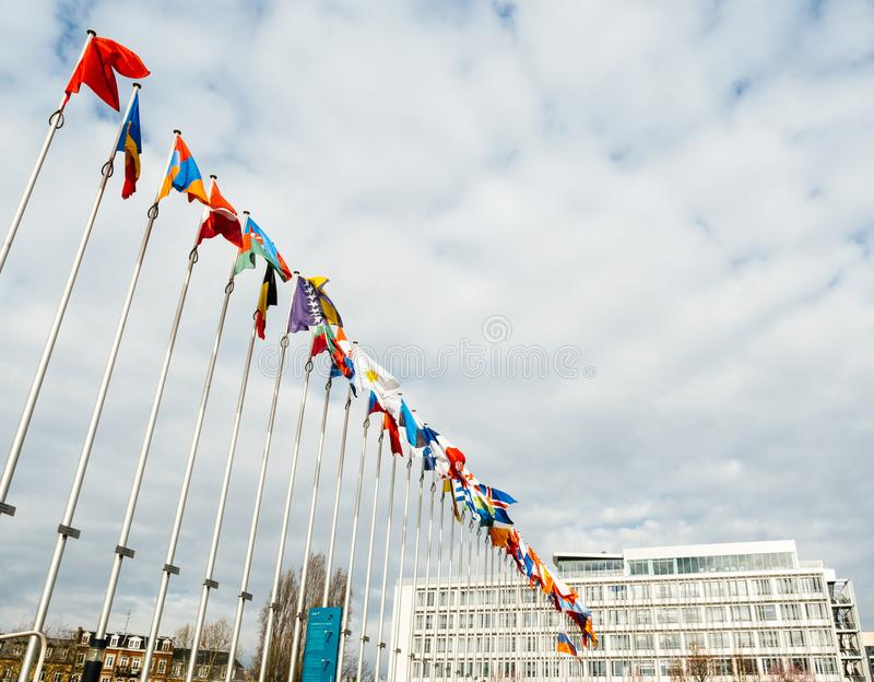 Vista de baixo de toda a meia haste das bandeiras de países da União Europeia imagens de stock