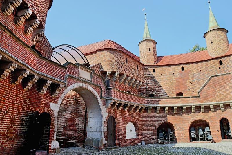 Vista de barbakan famoso em Cracow, Polônia pátio Parte da fortificação da parede da cidade fotografia de stock