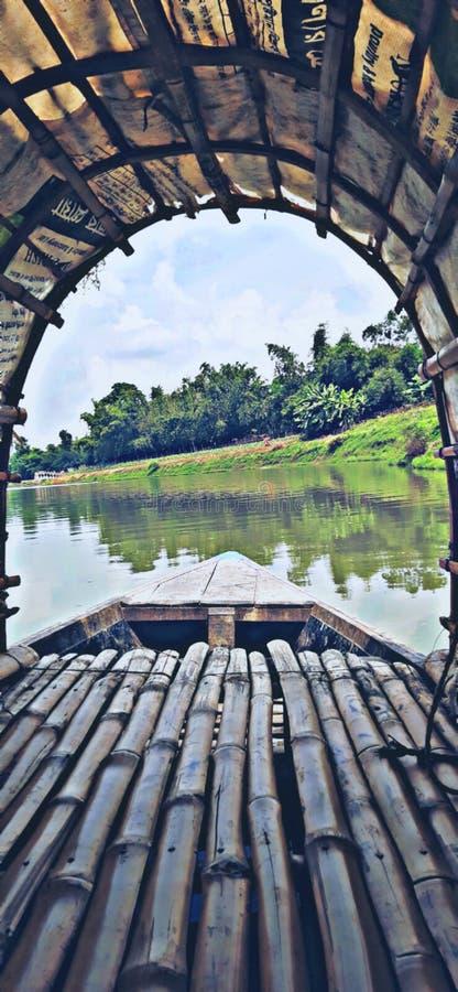 Vista de barco no rio imagens de stock
