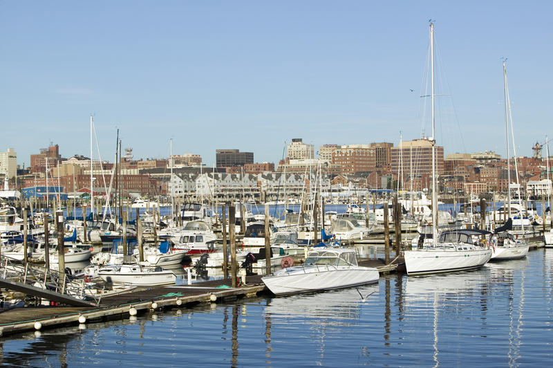 Vista de barcos do porto de Portland com skyline sul de Portland, Portland, Maine fotos de stock