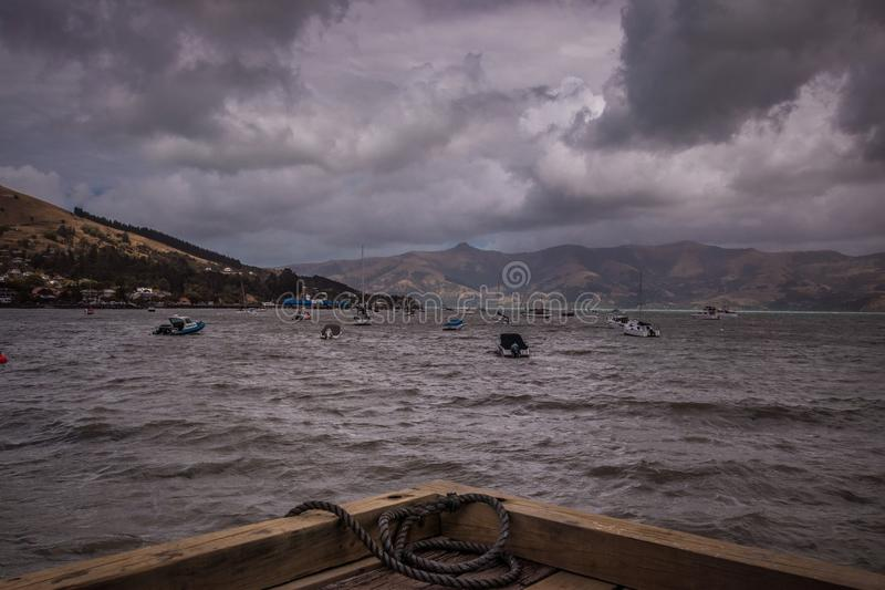 Vista de barcos de navigação no dia sombrio imagens de stock