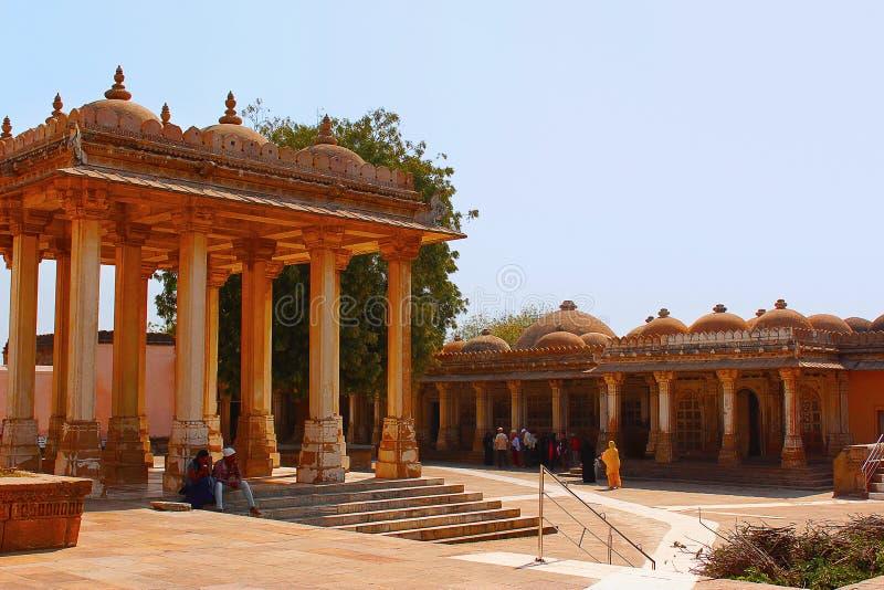 Vista de Bardari e do mausoléu do leste Sarkhej Roza, Índia de Ahmedabad, Gujarat fotos de stock royalty free