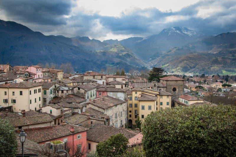 Vista de Barga do centro, Itália fotografia de stock