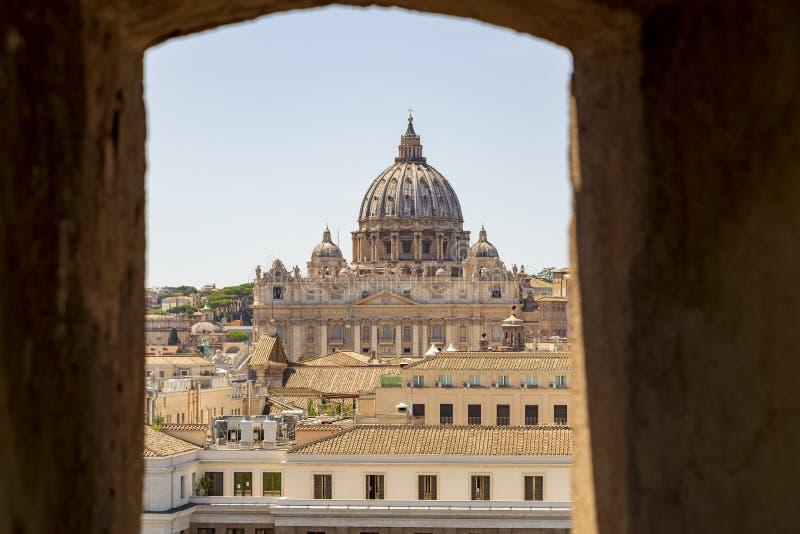 Vista de Basilica San Pietro de dentro do Castelo Sant`angelo em Roma Itália imagem de stock royalty free