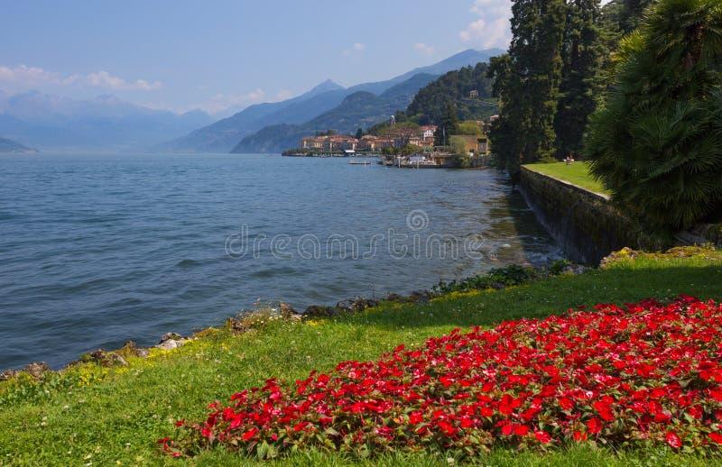 Vista de Bellagio, un pequeño pueblo en el lago a través de los jardines de Melzi del chalet, Italia Como foto de archivo