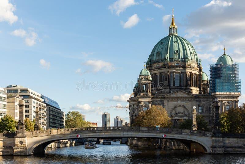 Vista de Berlin Cathedral y del puente de Friedrichs fotografía de archivo libre de regalías