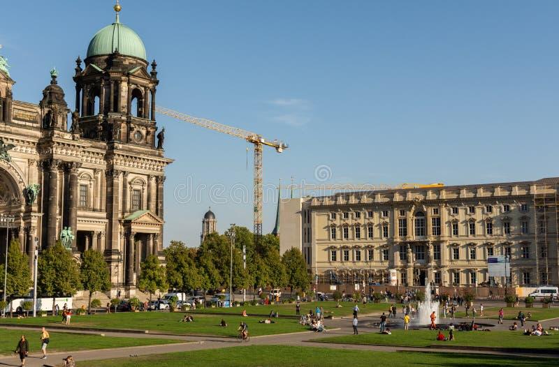Vista de Berlin Palace e dos DOM berlineses imagens de stock