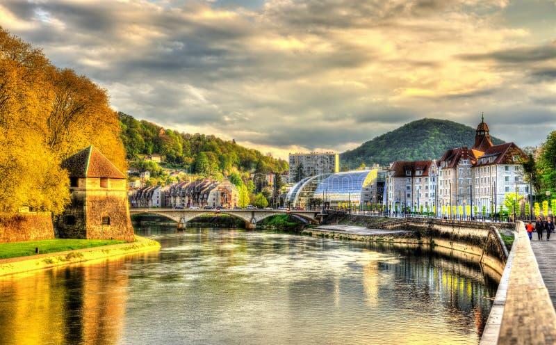 Vista de Besanzón sobre el río de Doubs imagen de archivo
