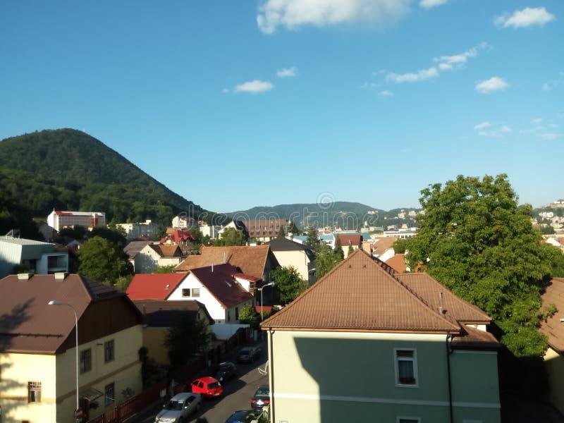 Vista de bildings y de las montañas de brasov por la mañana foto de archivo libre de regalías