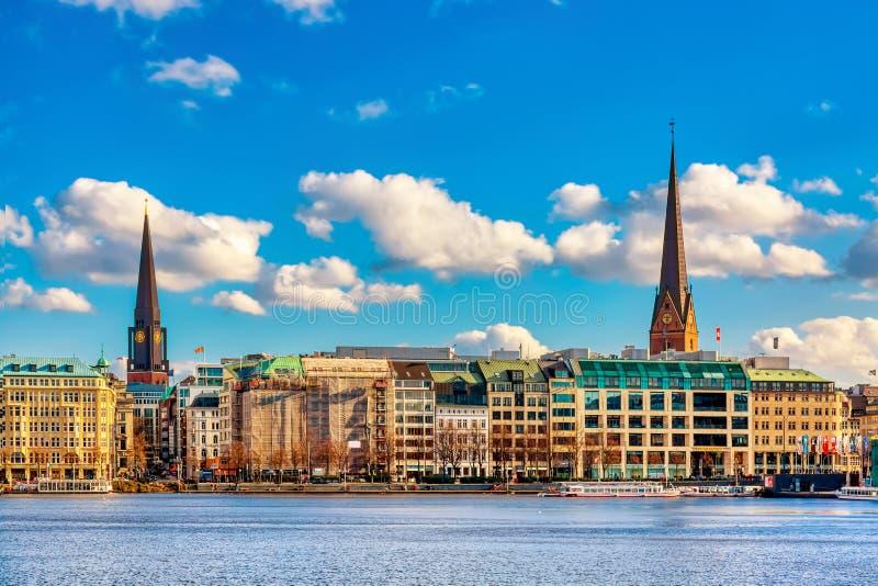 Vista de Binnenalster famoso durante día soleado del verano en Hamburgo, Alemania fotografía de archivo